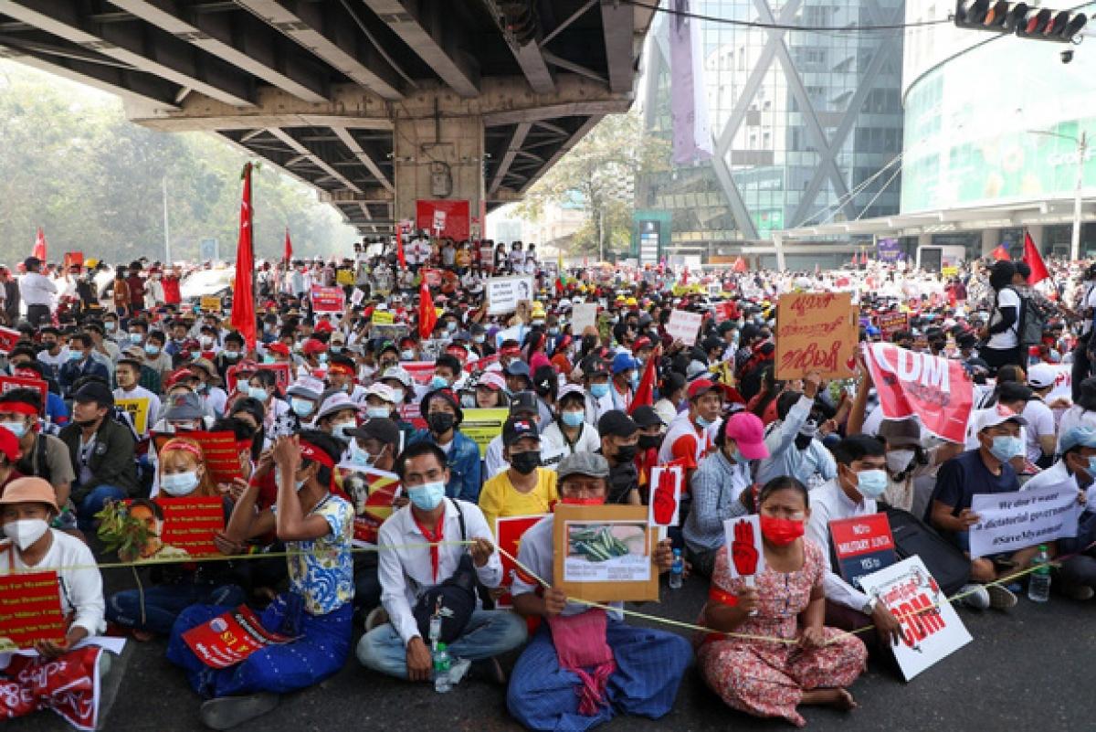 Biển người biểu tình phản đối đảo chính quân sự ngày 22/2/2021 tại giao lộ Hledan ở thành phố Yangon, Myanmar - Ảnh: FRONTIER MYANMAR