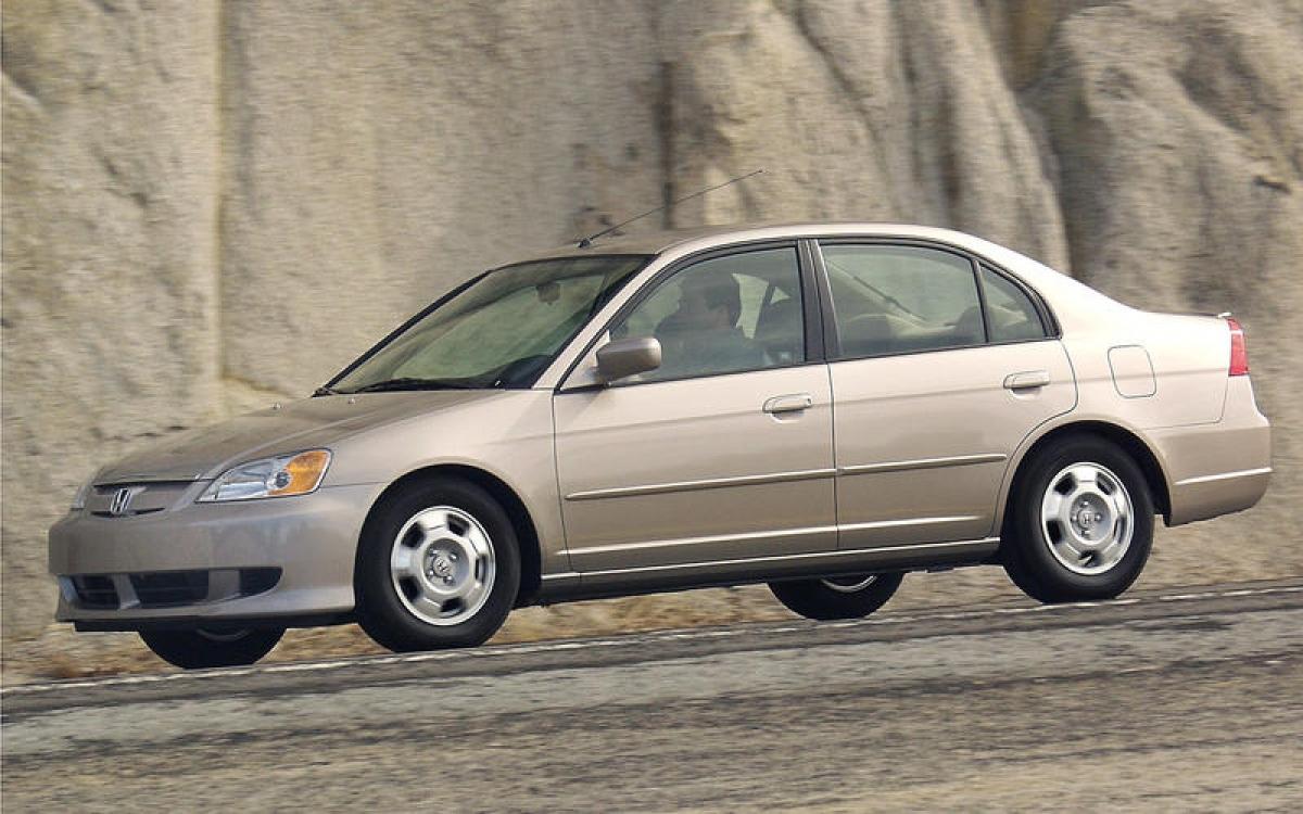 Honda Civic Hybrid: Hay còn được biết tới với cái tên Civic IMA, đây là chiếc hybrid đầu tiên của Honda sau chiếc Insight thế hệ đầu tiên. Nó được trang bị cả động cơ xăng 1.3 L và mô tơ điện.