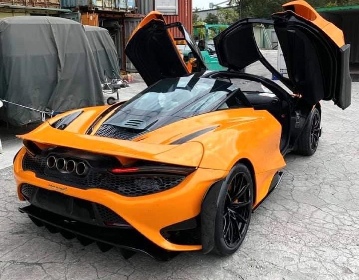 Trên bản hiệu năng cao này, McLaren đã kéo dàu cản trước cũng như đuôi xe, cùng với đó là cánh lướt gió có thiết kế mới lớn hơn so với 720S. Hệ thống ống xả cũng được thiết kế lại với bốn ống xả được đặt tại vị trí trung tâm thay cho bộ ống xả kép như trên 720S.