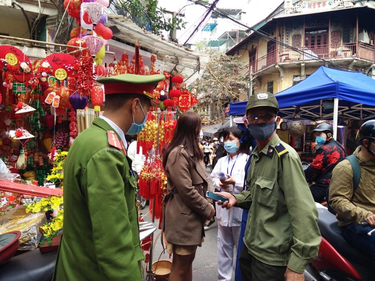 Lực lượng chức năng tổ chức kiểm tra, tuyên truyền vân động nâng cao ý thức chống dịch của người dân tại khu vực phố cổ, Hà Nội.