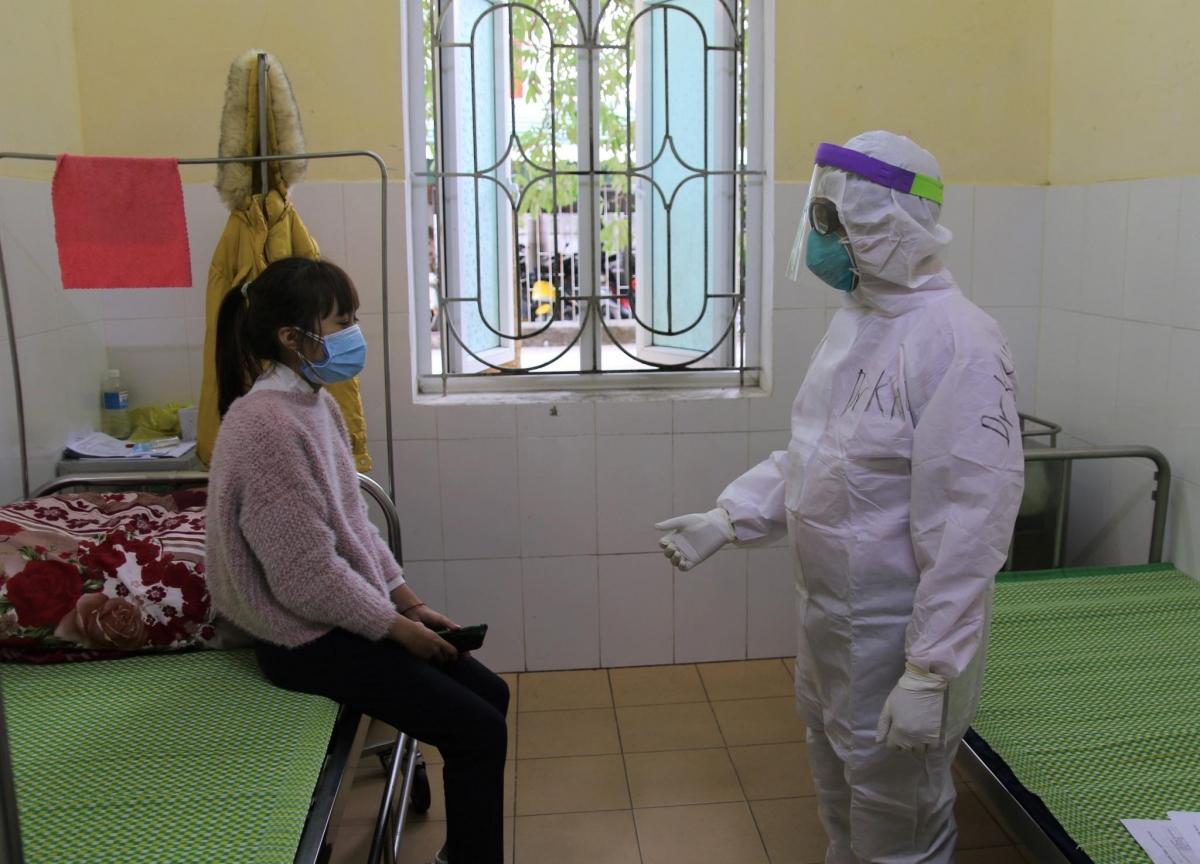 BS Nguyễn Trọng Khoa vào thăm bệnh nhi điều trị COVID-19. (Ảnh: NVCC)