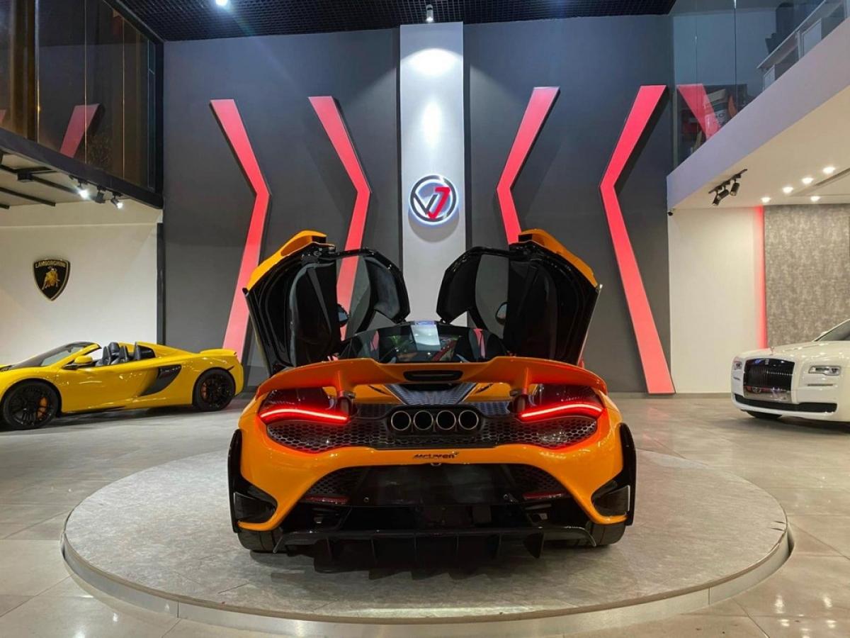 Phía sau, đuôi xe có thiết kế và phối màu ấn tượng khi đó là sự kết hợp đẹp mắt giữa màu sơn cam cùng màu sơn đen.