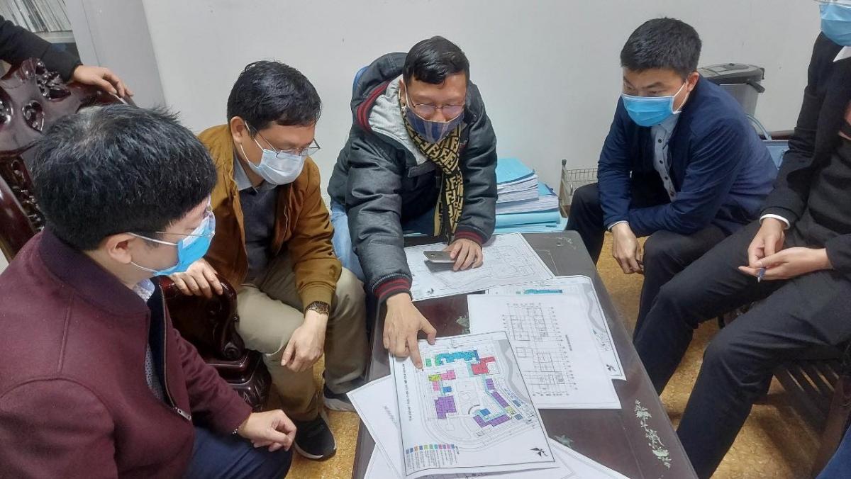 ThS.BS Nguyễn Trọng Khoa, Phó Cục trưởng Cục Quản lý Khám chữa bệnh, Bộ Y tế (bên trái) cùng đồng nghiệp đang hỗ trợ chống dịch tại TP Chí Linh, Hải Dương. (Ảnh: NVCC)