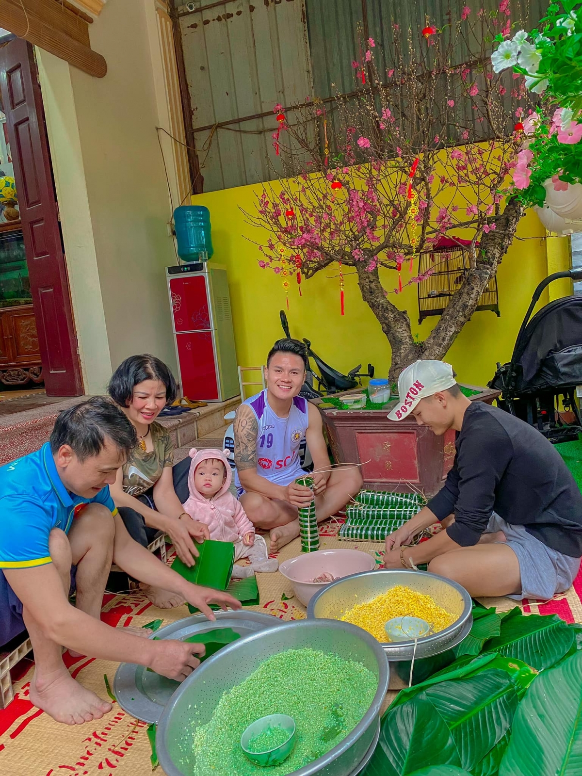 Quang Hải quây quần gói bánh chưng bên gia đình.