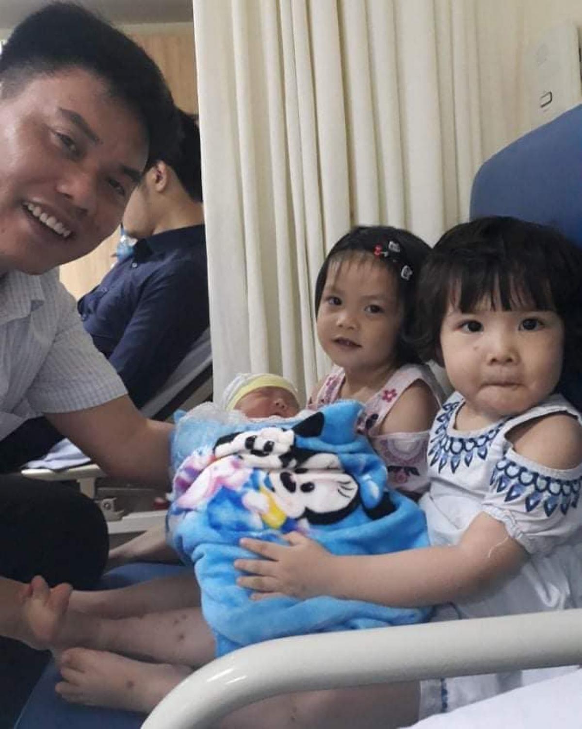 Bức ảnh chồng chị Oanh cùng 3 con được lưu đầu tiên trong điện thoại mới.