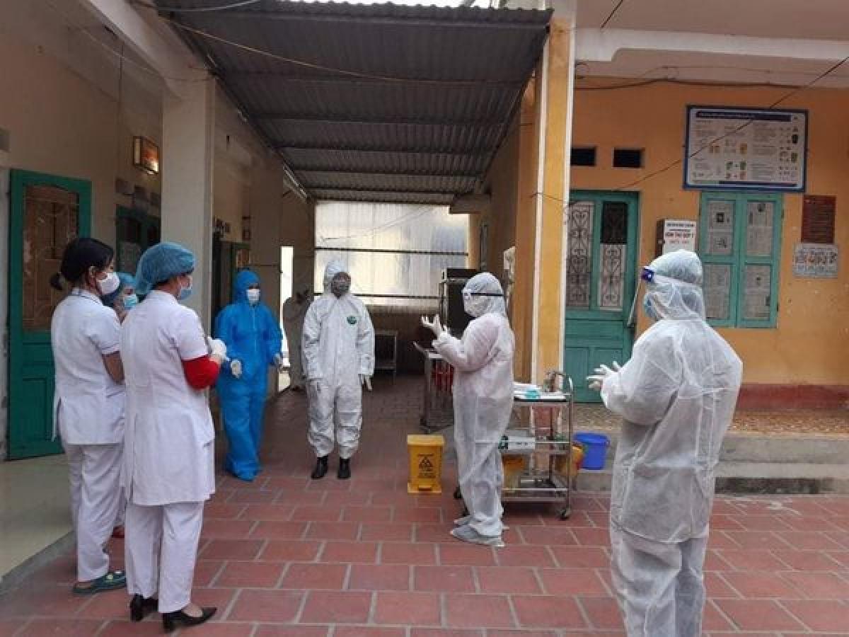 Bác sĩ Oanh (áo len đỏ) cùng các đồng nghiệp đang được cán bộ của Bộ Y tế tập huấn về việc sát khuẩn tay sau khi tiếp xúc bệnh nhân COVID-19. (Ảnh: Bộ Y tế cung cấp)