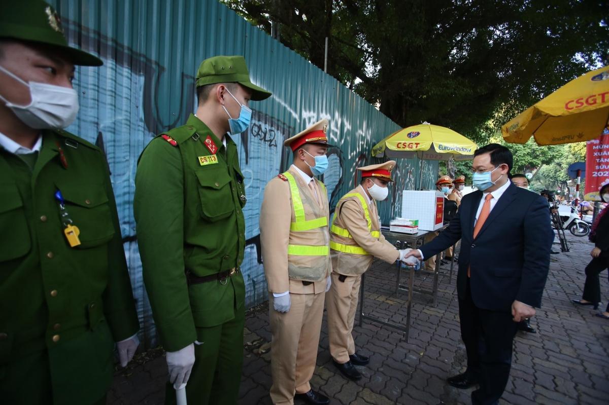 Bí thư Thành ủy Hà Nội Vương Đình Huệ thăm các chiến sĩ công an tại chốt trực Trần Hưng Đạo - Hàng Bài trong ngày 30 Tết.