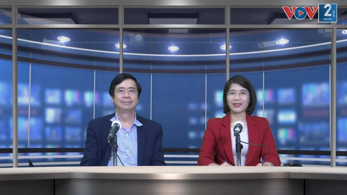 PGS.TS Nguyễn Minh Tuấn tại phòng quay của Đài Tiếng nói Việt Nam