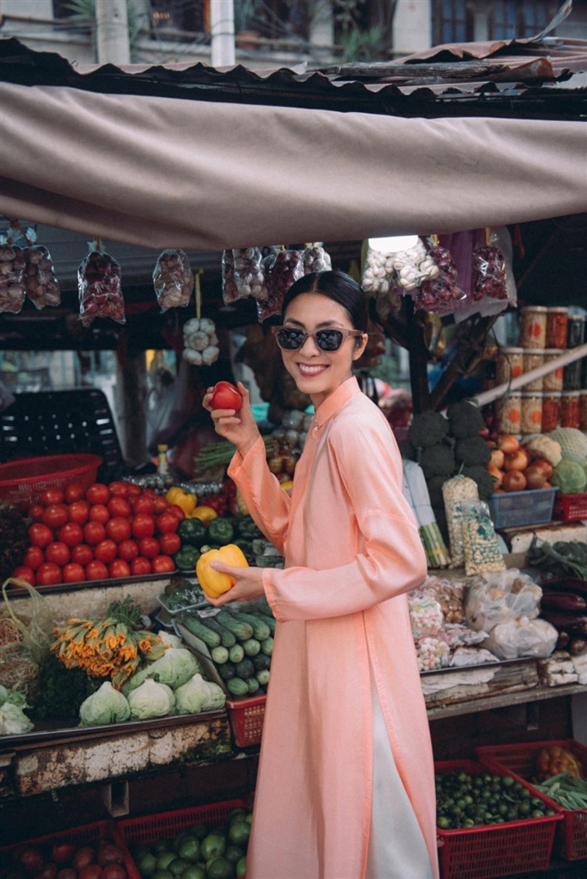 Tăng Thanh Hà chọn áo dài xưa truyền thống với chất liệu màu cam đào pastel. Cô kết hợp cùng kính râm thời thượng.