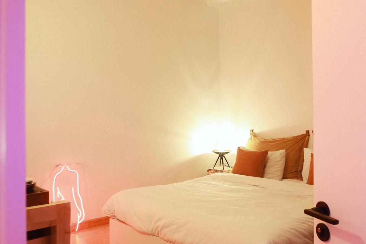 Phòng ngủ bài trí đơn giản.