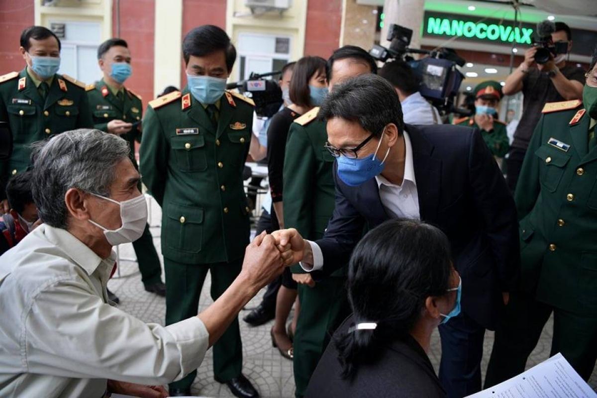 Phó Thủ tướng Vũ Đức Đam động viên tình nguyện viên thử vaccine COVID-19. Ảnh: Hoàng Anh