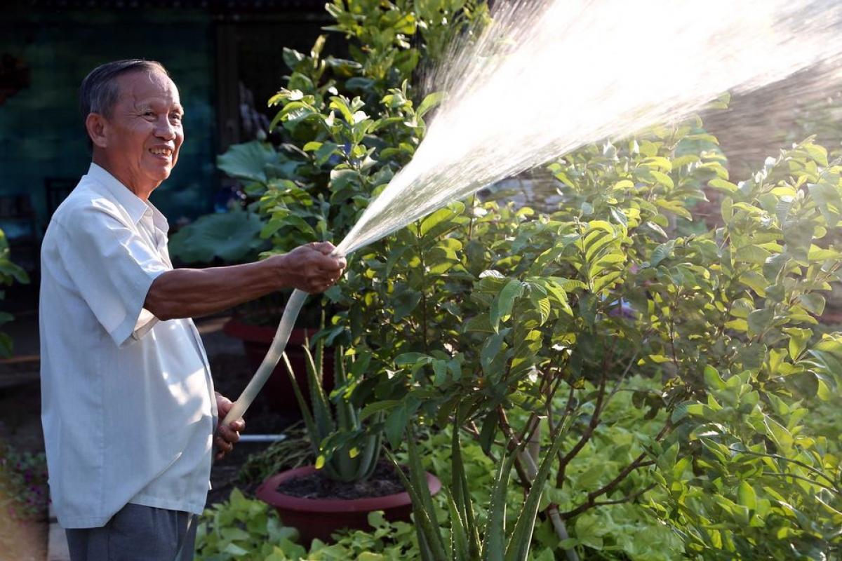 Nguyên Phó Thủ tướng Trương Vĩnh Trọng tưới rau làm vườn khi nghỉ hưu (ảnh chụp tháng 12/2016). - Ảnh: TNO