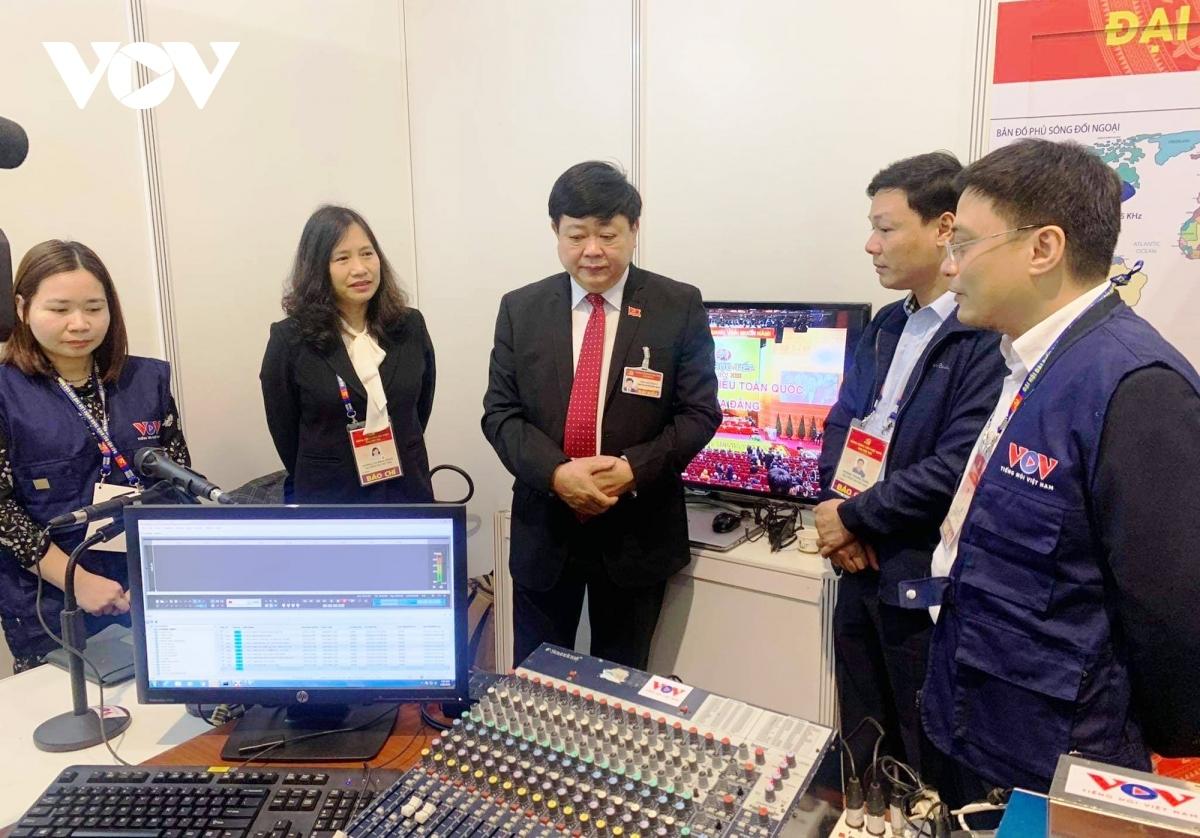 Tổng Giám đốc VOV Nguyễn Thế Kỷ trao đổi với lãnh đạo Ban Thời sự, Trung tâm Sản xuất và lưu trữ chương trình - 2 đơn vị phối hợp thực hiện buổi tường thuật trực tiếp phiên khai mạc trên sóng phát thanh VOV1.