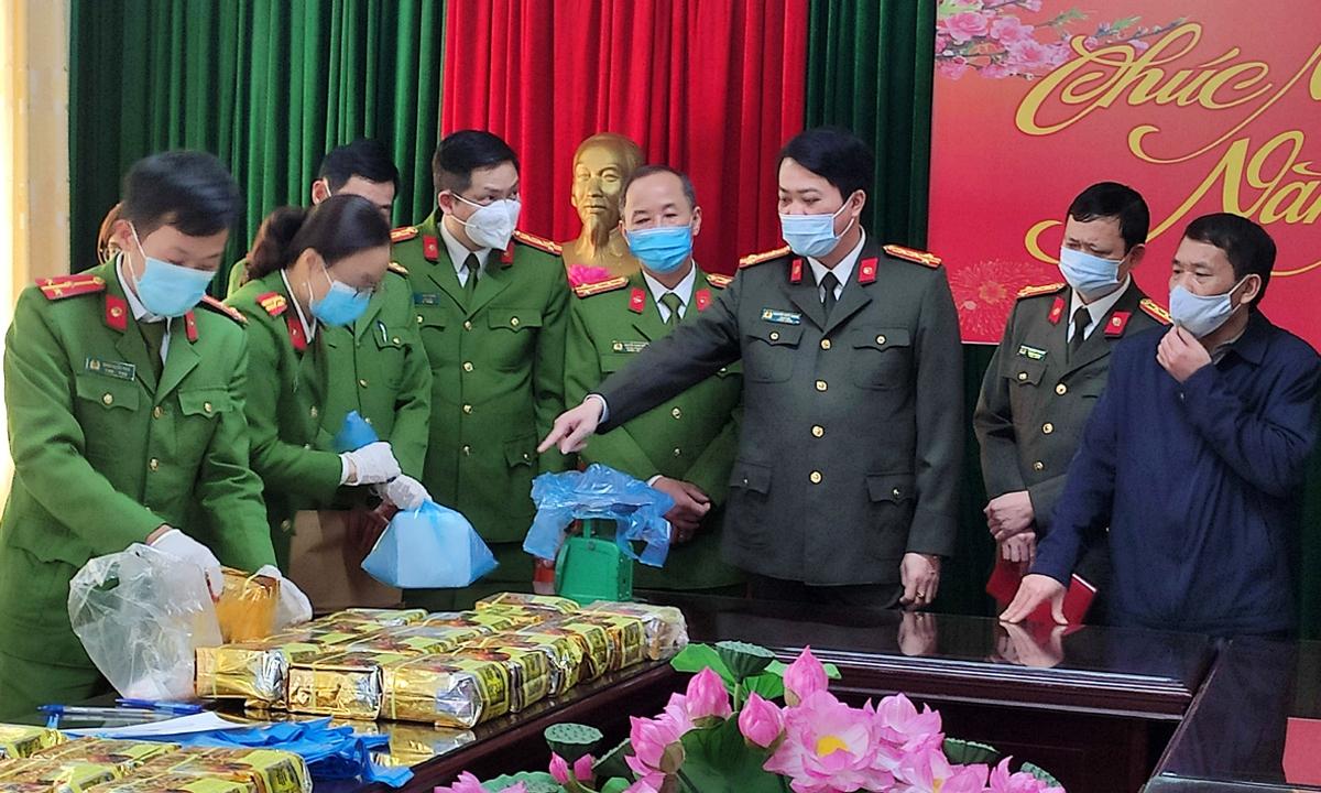 Các lực lượng chức năng đang tiến hành cân đếm số ma túy dạng đá bắt giữ được dưới sự chứng kiến của lãnh đạo Công an tỉnh Lai Châu.