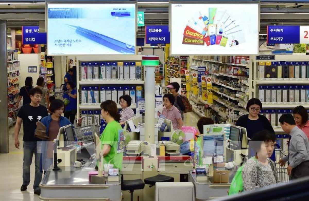 Người dân mua sắm tại 1 siêu thị ở Seoul, Hàn Quốc (Ảnh: TTXVN)