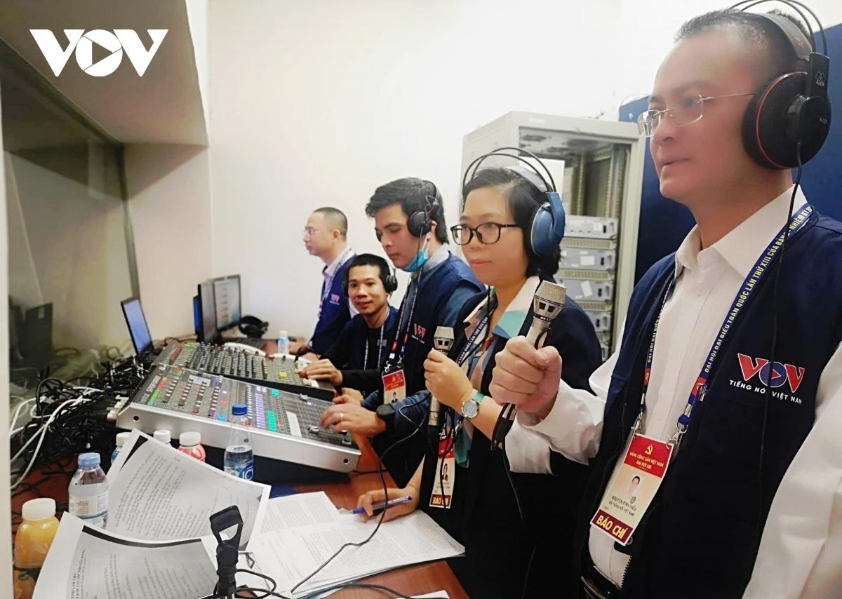 Các biên tập viên, kỹ thuật viên VOV tường thuật trực tiếp phiên khai mạc Đại hội XIII trên sóng phát thanh VOV1.