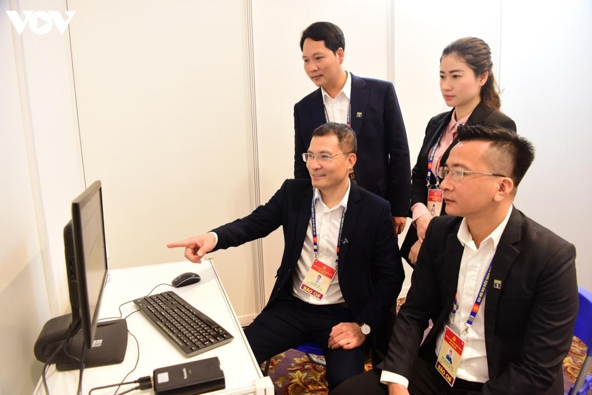Nhóm phóng viên Đài truyền hình kỹ thuật số VTC (thuộc VOV) đang tác nghiệp.