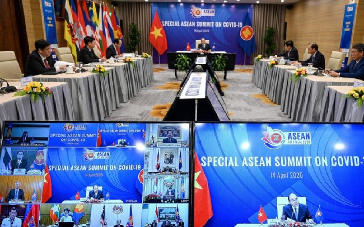 Thủ tướng Nguyễn Xuân Phúc, Chủ tịch ASEAN phát biểu khai mạc HNCC trực tuyến đặc biệt ASEAN về ứng phó dịch bệnh Covid-19 tháng 4/2020. Ảnh: Reuters