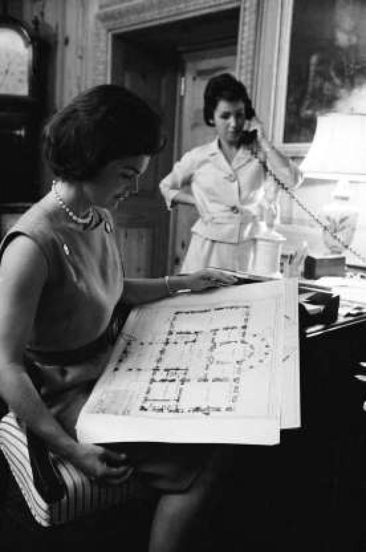 """Đệ nhất phu nhân chỉ có thể trang trí một vài nơi trong Nhà Trắng: Trong khi gia đình của Tổng thống được phép mang các đồ dùng cá nhân vào Nhà Trắng thì có một số căn phòng họ không được tự ý quyết định. Kate Andersen Brower, tác giả của cuốn """"First Women: The Grace and Power of America's Modern First Ladies"""" (tạm dịch là Những người phụ nữ đầu tiên: Sức hút và Quyền lực của Các Đệ nhất phu nhân Mỹ hiện đại) đã giải thích rằng, một số khu vực trong Nhà Trắng là những phòng truyền thống, do đó, chúng thuộc về người dân Mỹ chứ không phải các gia đình sống ở đây."""