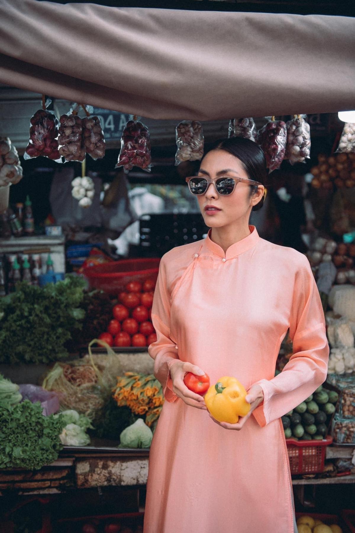Trên trang cá nhân, Tăng Thanh Hà khoe bộ ảnh mặc áo dài đi chợ Tết.