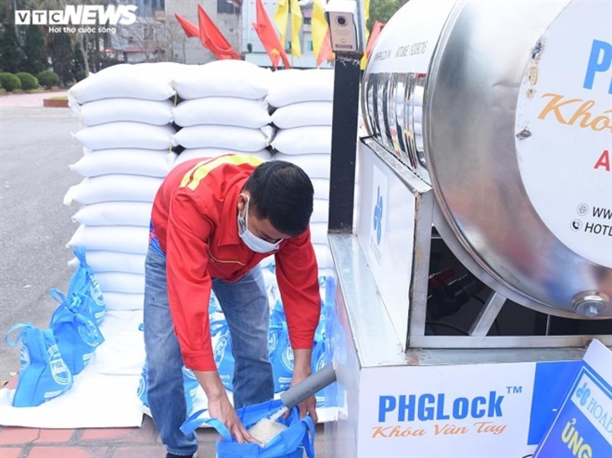 """Chiều 24/2, các nhà tài trợ, nhà hảo tâm phối hợp cùng chính quyền huyện Cẩm Giàng (Hải Dương) lắp đặt và đưa vào hoạt động cây """"ATM gạo"""" miễn phí đầu tiên tại Hải Dương."""