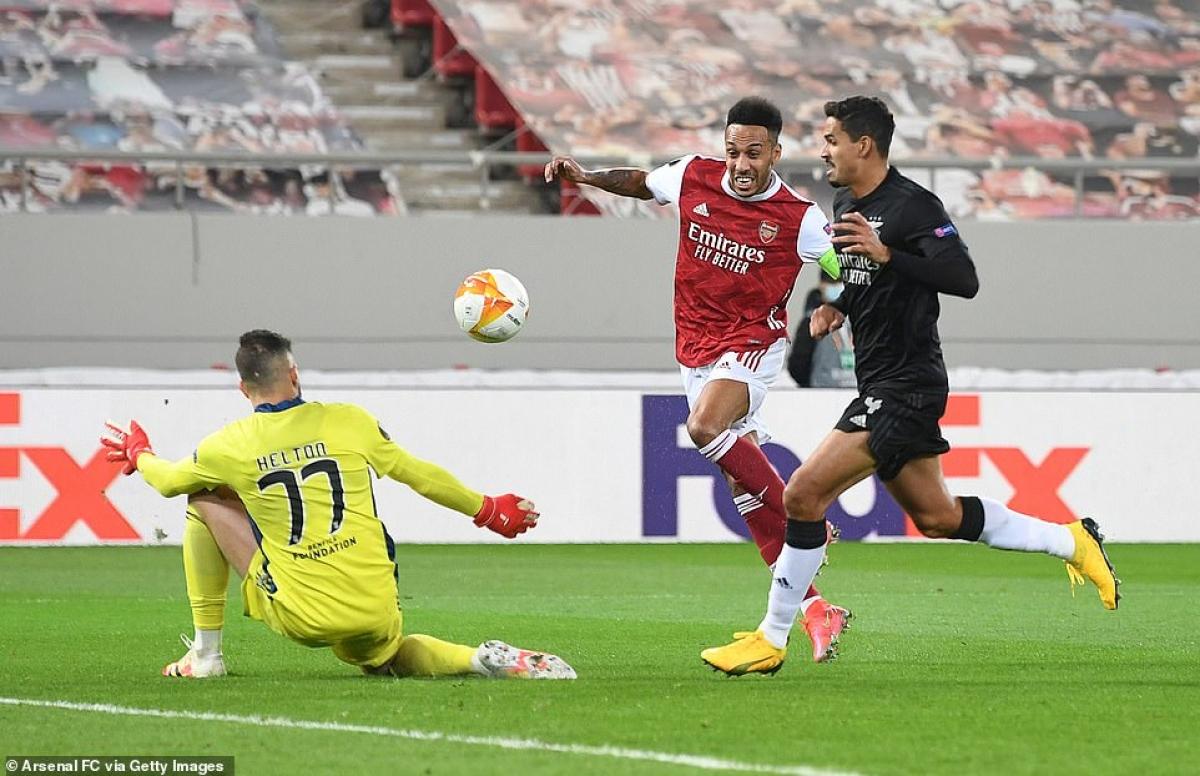 Pierre-Emerick Aubameyang ghi bàn mở tỷ số cho Arsenal ở phút 21, sau đường chọc khe tinh tế của Bukayo Saka.