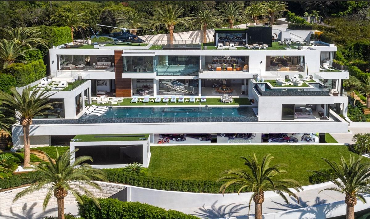 Dinh thự này ở Los Angeles (Mỹ) được định giá 250 triệu USD vào năm 2017 và lọt vào danh sách những villa đắt đỏ bậc nhất thế giới. Bên trong biệt thự có rạp chiếu phim, bên ngoài có cả bể bơi, sân chơi bowling và sân đậu trực thăng.