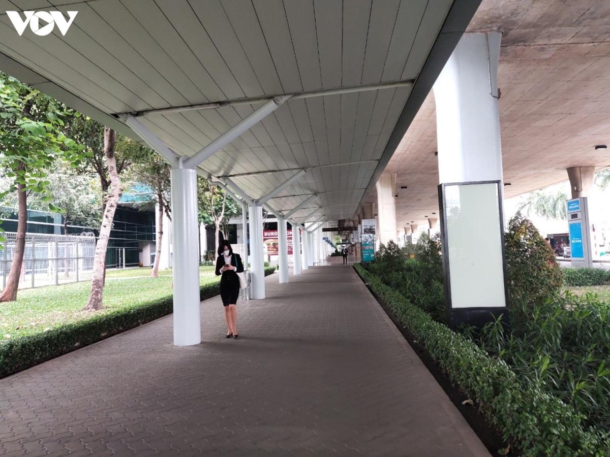 16 giờ, đường đi bộ sang khu vực ga quốc tế Cảng hàng hàng không Tân Sơn Nhất không một bóng hành khách, chỉ lác đác một số nhân viên của cảng.