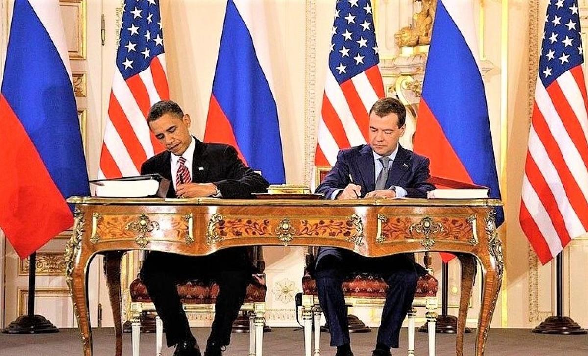 Tổng thống Mỹ B. Obama (trái) và Tổng thống Nga D. Medvedev ký kết New START tại Séc ngày 8/4/2010.