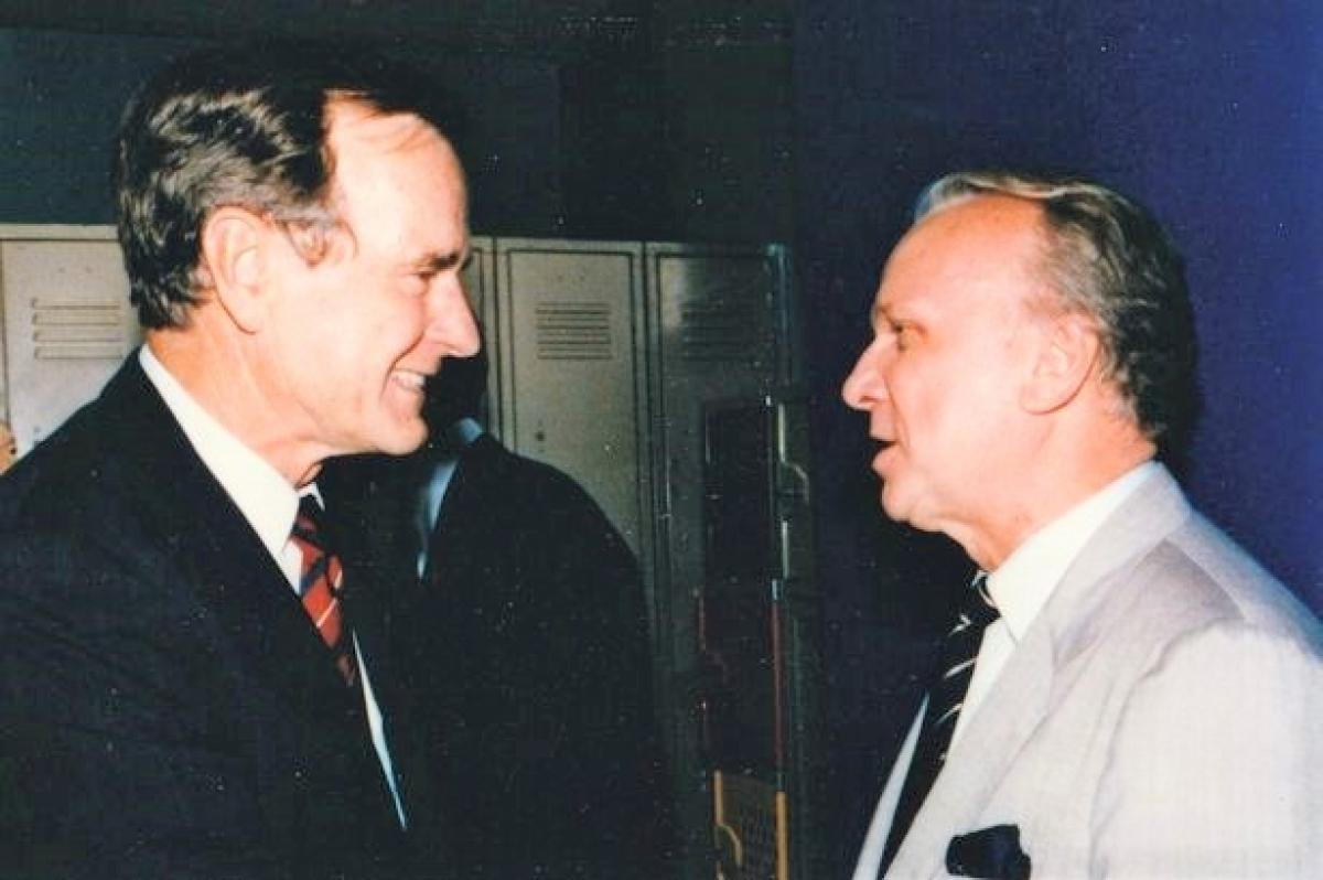 Cựu Tổng thống Mỹ Bush và điệp viên Fees. Nguồn: newslocker.com