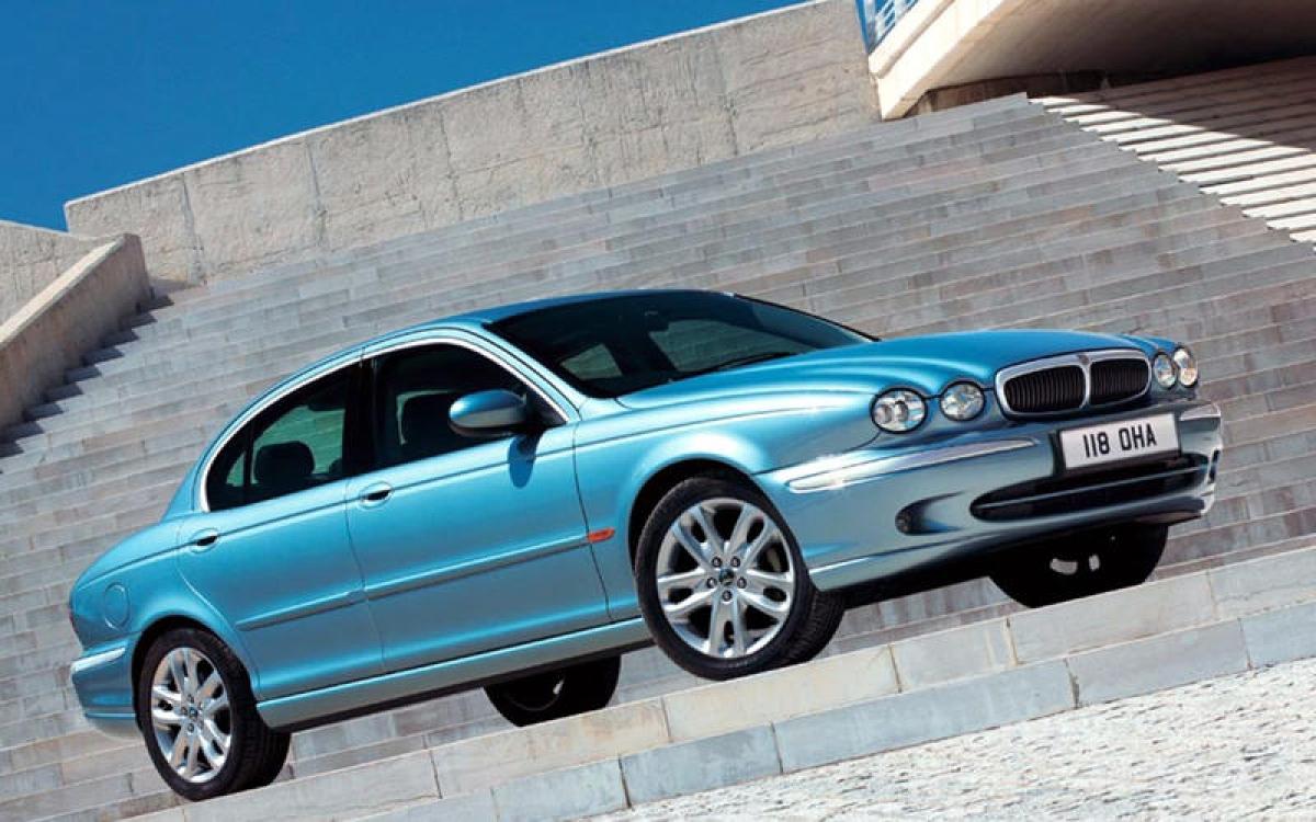 Jaguar X-Type: Thời kỳ trước khi việc chia sẻ chung nền tảng được chấp nhận rộng rãi, chiếc X-Type đã chịu nhiều sự soi xét của công chúng bởi có sự liên quan chặt chẽ tới chiếc Ford Mondeo. Những cải tiến bao gồm động cơ diesel – lần đầu được trang bị cho một chiếc Jaguar – và một phiên bản 2.0 L được bán với giá dưới 20.000 bảng Anh (tương đương 641 triệu đồng), một con số thấp kỷ lục cho thương hiệu vào thời điểm đó. Đến năm 2009, mẫu xe này bị Jaguar khai tử.
