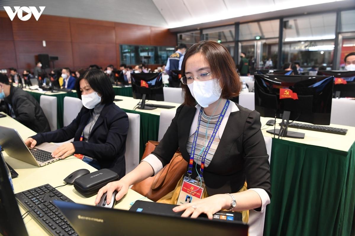 Trước diễn biến mới phức tạp của dịch COVID-19, phóng viên VOV tác nghiệp tại Đại hội XIII thực hiện nghiêm các biện pháp phòng chống dịch.