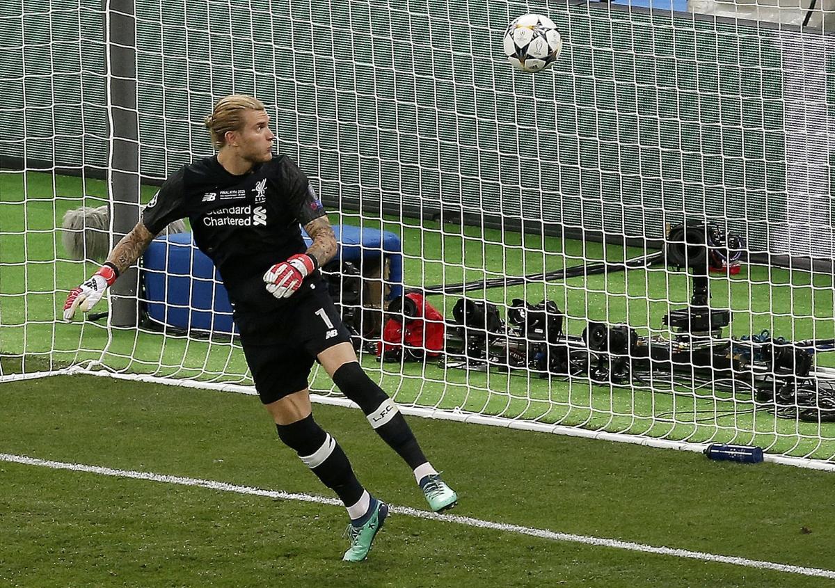 Loris Karius tiếp tục mắc sai lầm khi cản phá cú sút xa của Gareth Bale khiến Liverpool thua chung cuộc 1-3 trước Real Madrid.