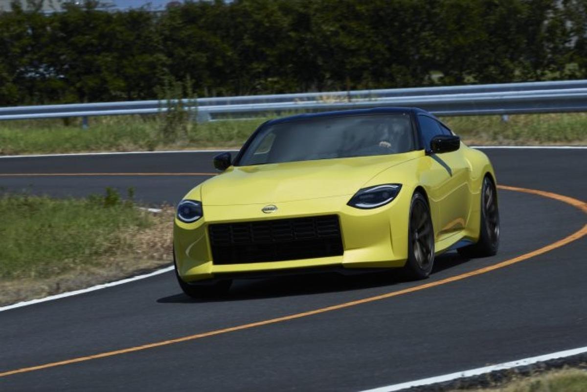Một bản Greatest Hits đang lăn bánh nhằm tôn vinh chiếc Z biểu tượng năm ngoái; chiếc Z thế hệ mới có phần mũi giống chiếc 240Z nguyên gốc và phần đèn hậu rõ ràng được lấy cảm hứng từ chiếc 300ZX. Nó dài hơn chiếc xe hiện tại nhưng vẫn nhỏ gọn. Hộp số sàn 6 cấp vẫn được cung cấp bên cạnh đó là sự bổ sung hộp số tự động. Cả 2 tùy chọn đều được kết hợp với động cơ V6 tăng áp, khiến chiếc Z sẽ trở thành đối thủ của Toyota Supra khi được ra mắt vào cuối năm 2021.