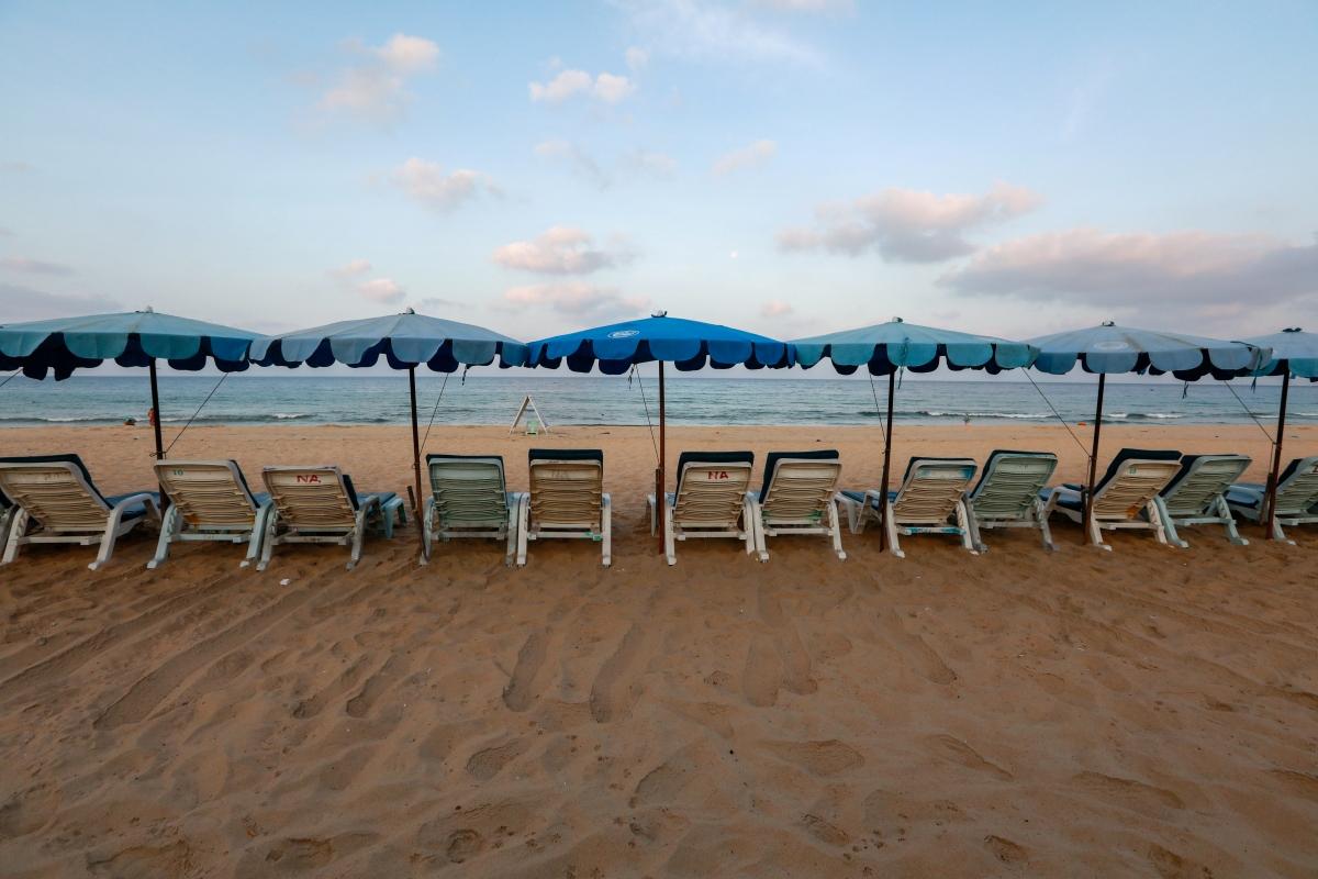 Bãi biển vắng bóng du khách tại Phuket vì dịch bệnh Covid-19. Nguồn: Reuters