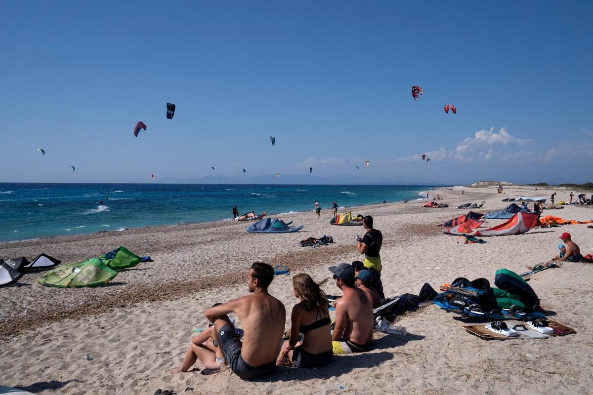 Du khách ngồi trên bãi biển Mylos, đảo Lefkada, Hy Lạp vào tháng 7/2020. Nguồn: Reuters