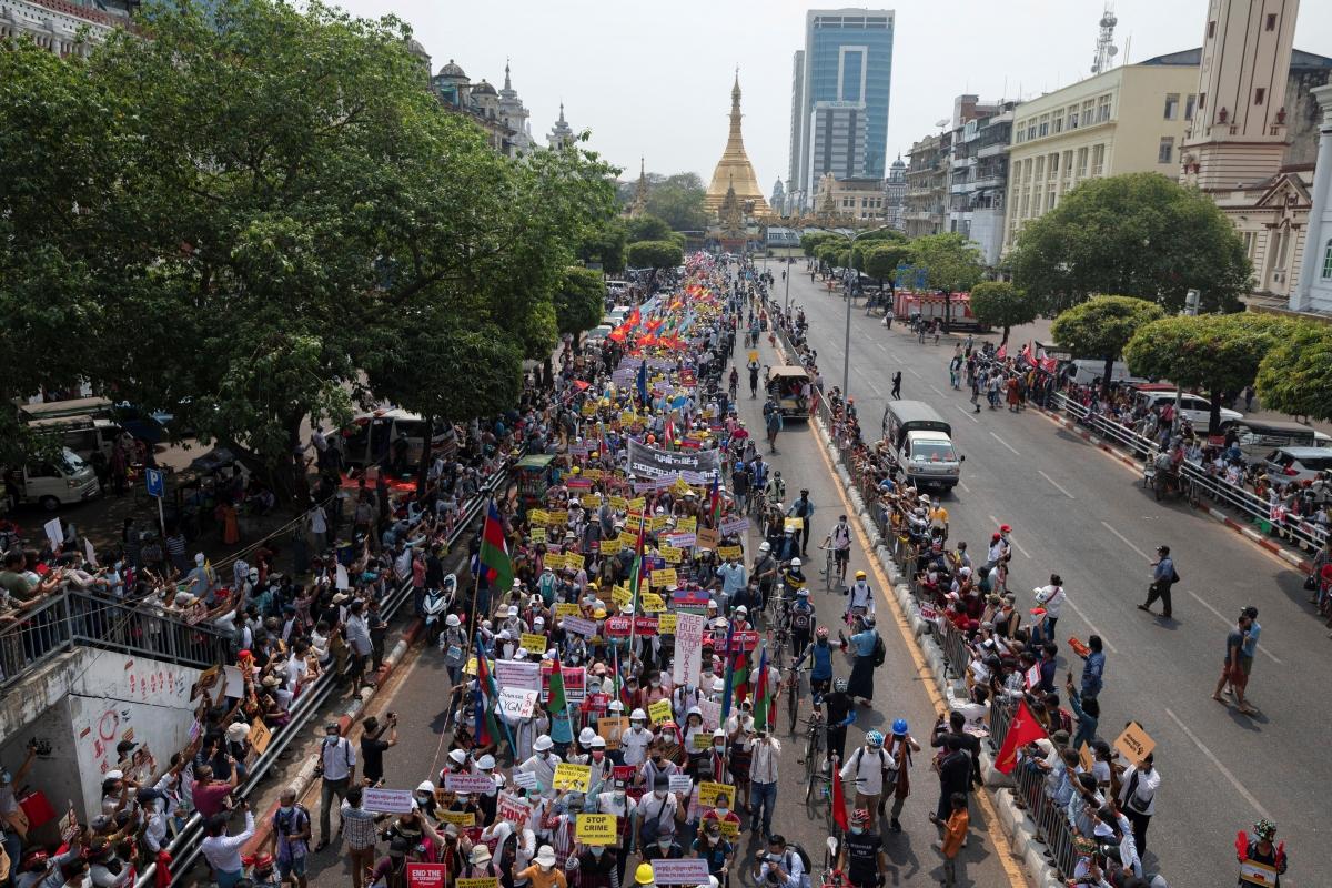 Người dân Myanmar biểu tình tại Yangon. Nguồn: Reuters