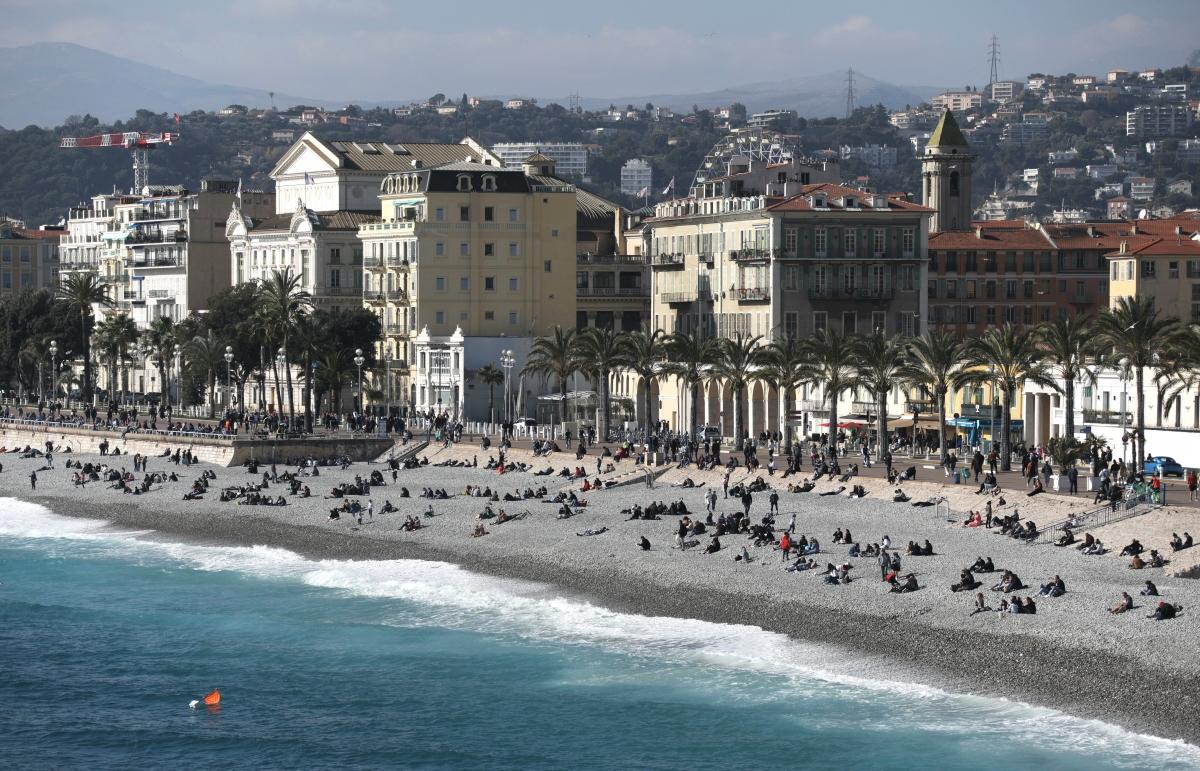 Du khách đổ xô tới bãi biển Promenade des Anglais tại Nice (Pháp) vào dịp cuối tuần. Nguồn: Reuters
