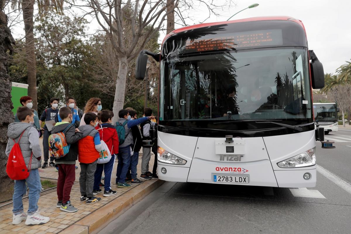 Người dân và du khách chờ thử nghiệm xe buýt mới. Nguồn: Reuters