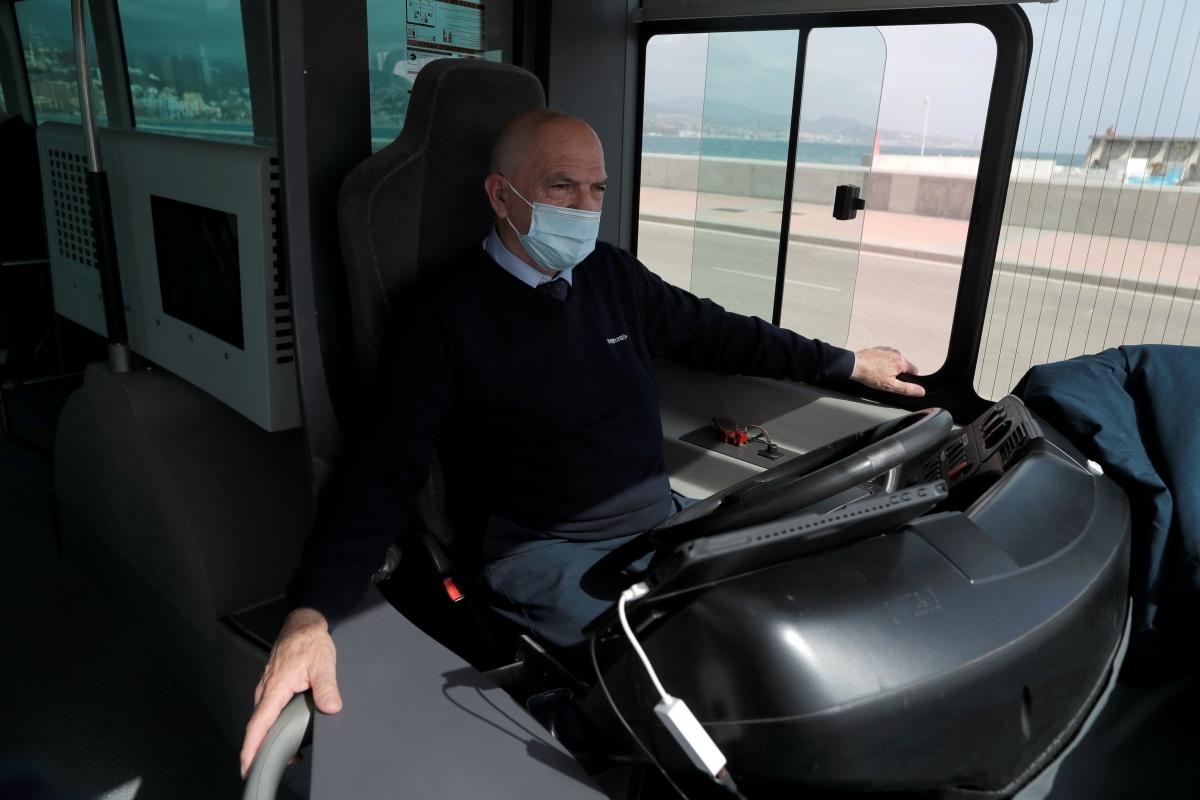 Xe buýt có thể tự động vận hành mà không cần can thiệp của tài xế. Nguồn: Reuters