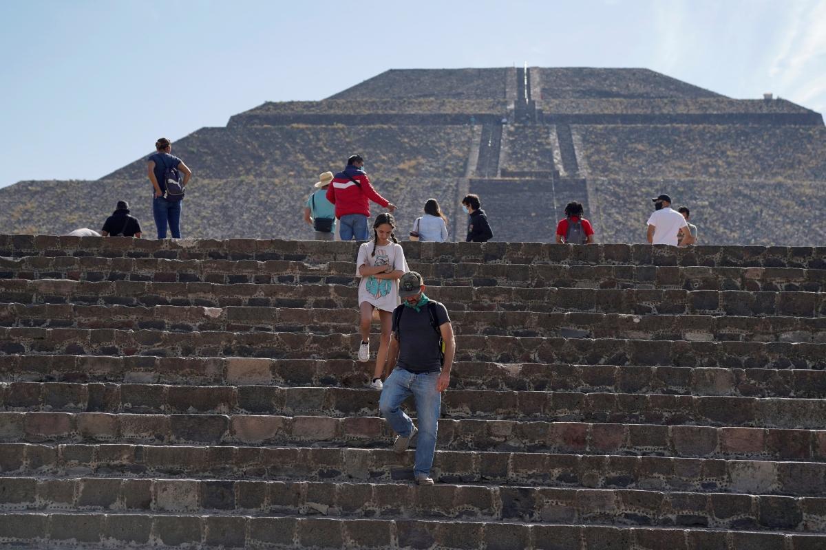 Du khách tham quan kim tự tháp Mặt trời tại Teotihuacan, sau khi khu vực này mở cửa trở lại hôm 24/2. Nguồn: Reuters.