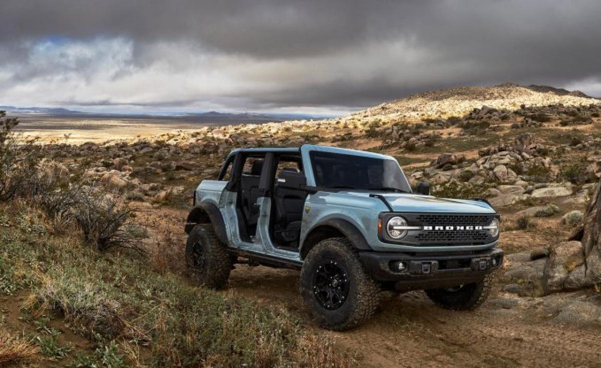 """Mẫu Bronco đang thu hút nhiều sự quan tâm của nhiều người. Đây là sự đầu tư nghiêm túc để nhắm vào """"ngai vàng"""" mà chiếc Jeep Wrangler đang nắm giữ trong nhiều thập kỷ qua. Với 2 động cơ tăng áp, gói Sasquatch leo núi, và tùy chọn phiên bản 2 hoặc 4 cửa, hộp số sàn chính hãng – Bronco là một chiếc SUV mà nhiều người đang rất mong chờ."""