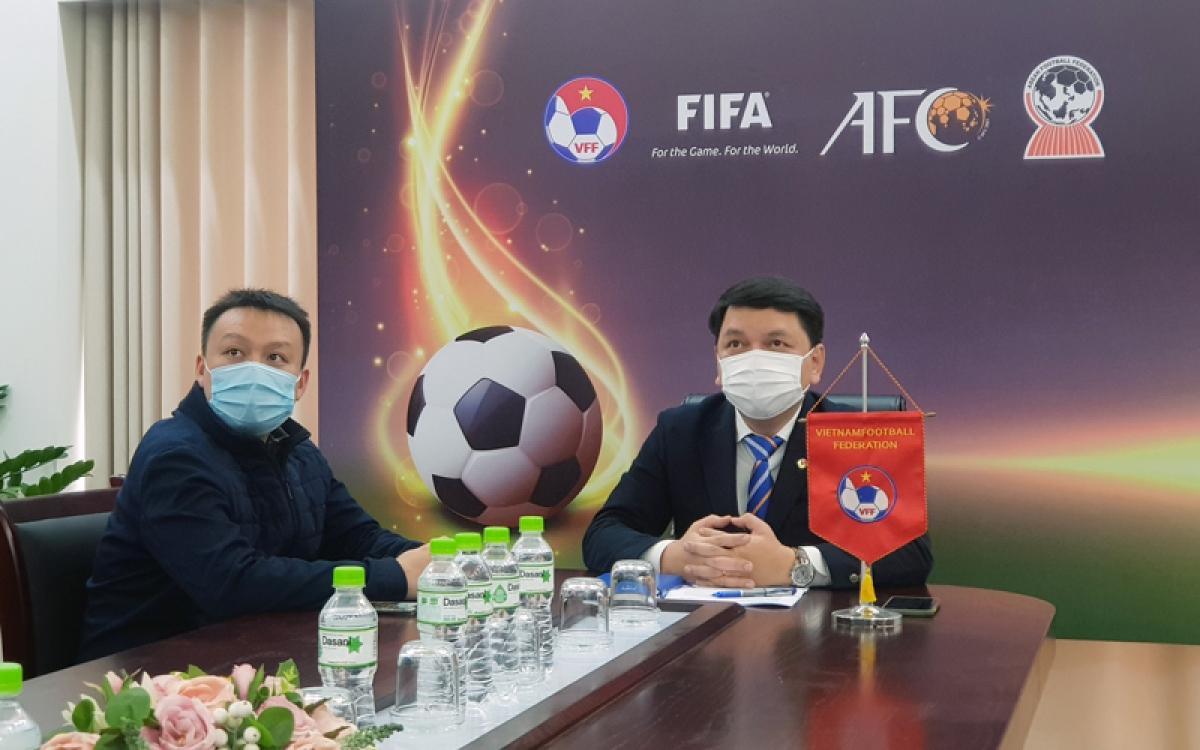 Tổng thư ký Lê Hoài Anh (phải) tham dự cuộc họp trực tuyến của AFC liên quan đến kế hoạch tổ chức các trận đấu tại bảng G – vòng loại World Cup 2022 khu vực châu Á.