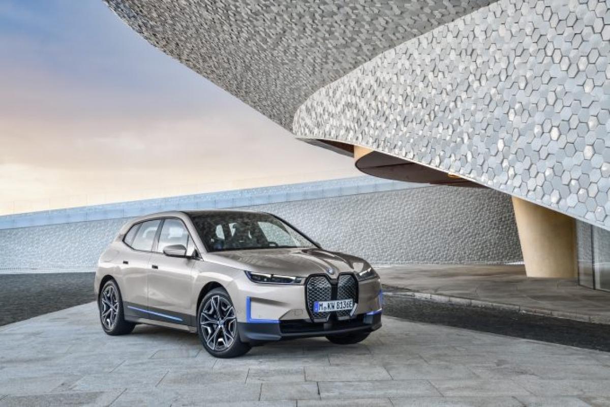 """Những mẫu BMW i trước đây là sản phẩm """"phụ"""", nhưng giờ đây mẫu iX đang trở thành dòng xe chủ đạo với tư cách là dòng EV crossover hạng trung của hãng xe Đức. Khi ra mắt, chiếc iX sở hữu công suất khoảng 500 mã lực từ thiết lập mô tơ kép. Phạm vi di chuyển có thể lên tới 482 km với khả năng sạc nhanh DC lên tới 80% pin trong vòng 40 phút. Chiếc iX sẽ có kích thước gần bằng chiếc X5 nhưng chiều dài cơ sở lớn hơn và việc không đặt động cơ dưới sàn sẽ giúp hành khách có nhiều không gian hơn, một nội thất rất phong cách và tối giản. Việc sản xuất sẽ bắt đầu giữa năm 2021."""