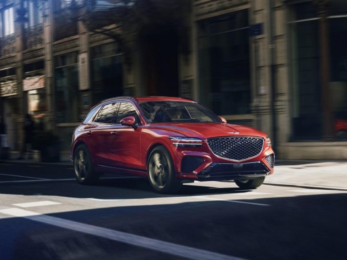 """Đối thủ mà GV70 nhắm đến là BMW X3, Mercedes GLC-Class, Audi Q5 và Porsche Macan. Để thực hiện điều đó, chiếc GV70 được trang bị 2 động cơ như GV80: Loại 4 xi lanh 2.5 L và V6 3.5 L, đều là động cơ tăng áp. Điều đó có nghĩa là chiếc GV70 mạnh mẽ hơn đối thủ và việc điều chỉnh khung gầm sẽ thiên về mặt """"thể thao"""" của thương hiệu – đặc biệt là trong cấp độ Sport. Nội thất của Genesis có thể hy vọng về một cabin chất lượng cao và tràn đầy màu sắc."""