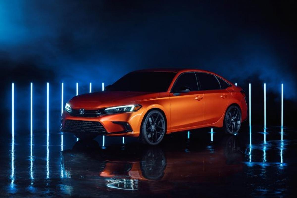 """Vào tháng 11/2020, hãng xe Nhật Bản đã giới thiệu phiên bản concept của chiếc sedan sắp ra mắt. Nó không mang dáng vẻ hiện đại của những chiếc xe ngày nay mà thay vào đó là kiểu dáng gọn gàng hơn, giống với những phiên bản những năm 90 mang tính biểu tượng. Sự tiến hóa tương tự cũng xuất hiện bên trong với màn hình cảm ứng """"nổi"""" lớn và vài nút bấm. Chiếc Civic thế hệ thứ 11 sẽ được ra mắt vào cuối xuân 2021 với kiểu dáng sedan và hatchback – bao gồm cả chiếc Type R."""
