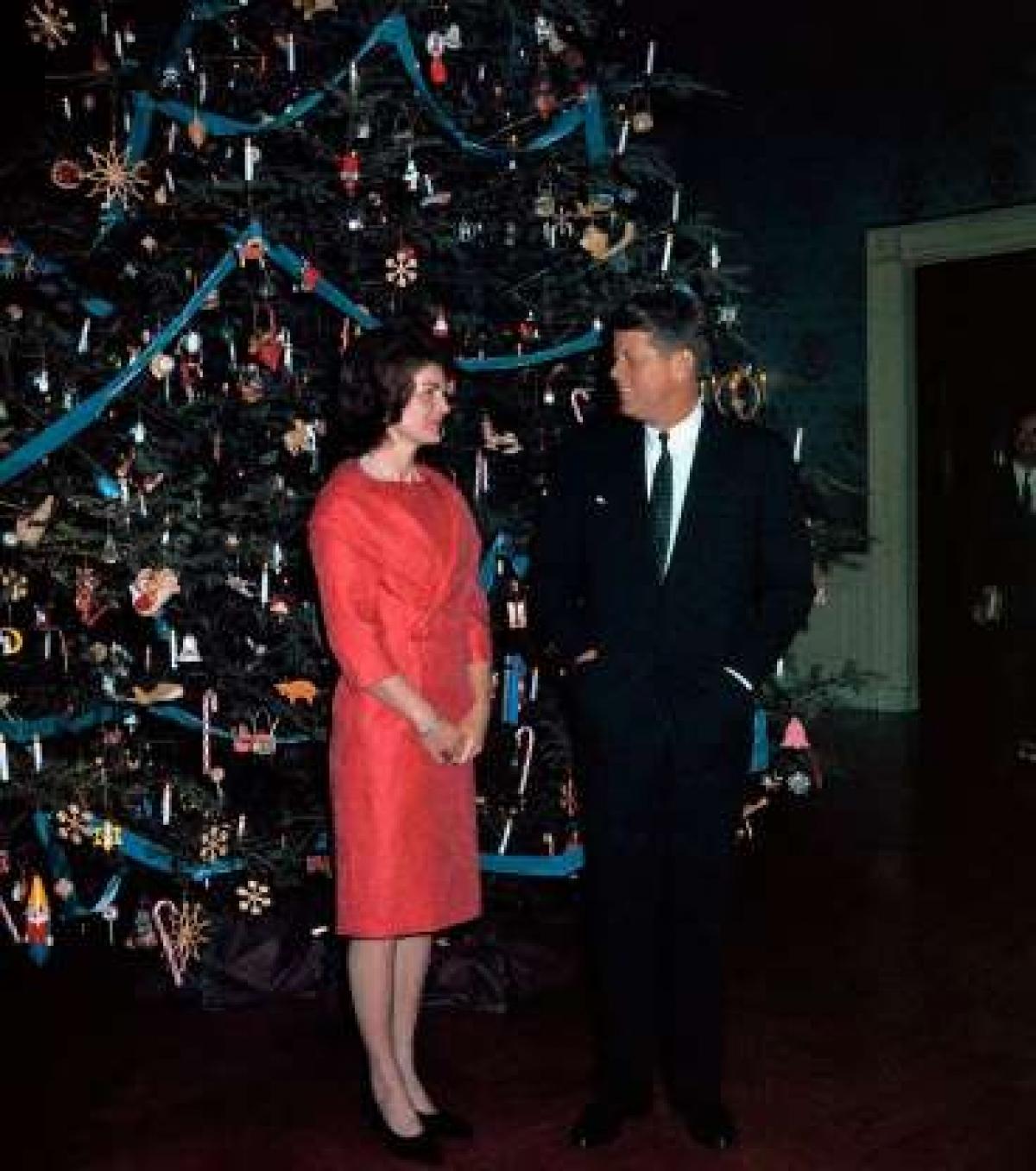 """Lựa chọn chủ đề cho cây thông Noel: Đệ nhất phu nhân Jacqueline Kennedy bắt đầu truyền thống nghĩ ra chủ đề cho lễ Giáng sinh ở Nhà Trắng vào năm 1961. Vào năm đó, bà đã trang trí cây cho cây thông Noel với chủ đề """"Kẹp Hạt dẻ"""". Gần đây, năm 2019, Đệ nhất phu nhân Melania Trump nghĩ ra chủ đề """"Tinh thần nước Mỹ"""" và năm 2020 là chủ đề """"Nước Mỹ xinh đẹp"""" cho dịp Giáng sinh."""