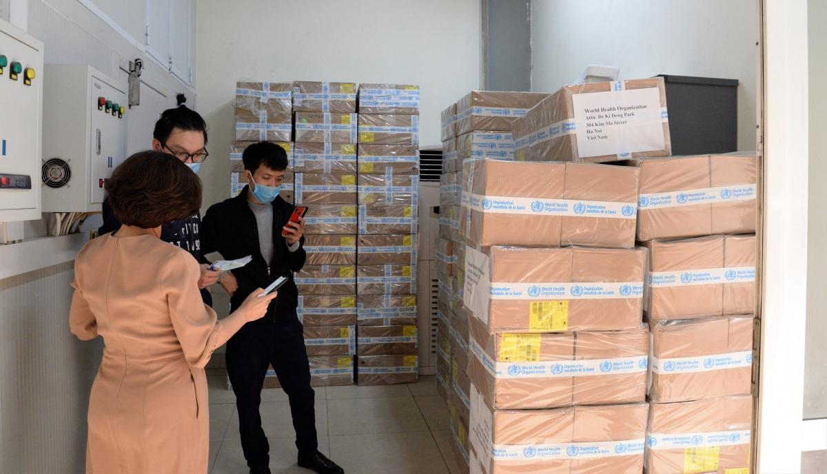Cán bộ Viện Vệ sinh Dịch tễ Trung Ương tiếp nhận hàng tại kho (Ảnh: WHO Việt Nam/Loan Trần)