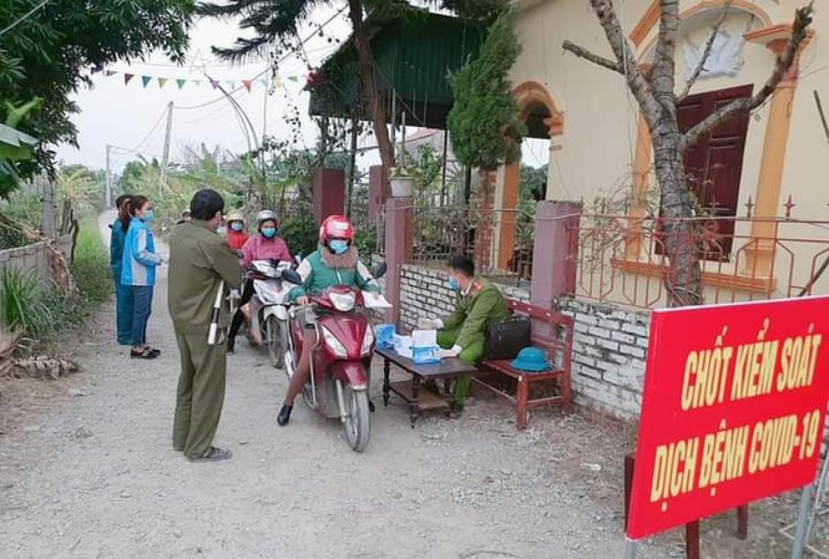 Cơ quan chức năng Bắc Giang kiểm tra thân nhiệt cho người dân.