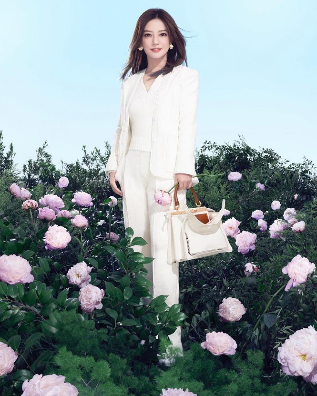 Trong ảnh, nữ diễn viênxuất hiện với những trang phục thanh lịch, sang chảnh giữa khung cảnh đầy hoa lãng mạn.